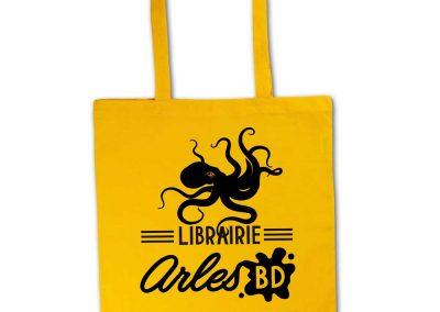 Création d'une identité graphique pour une librairie BD déclinaison sur un sac coton